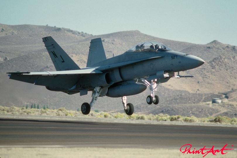 landender Militärjet Flugzeuge